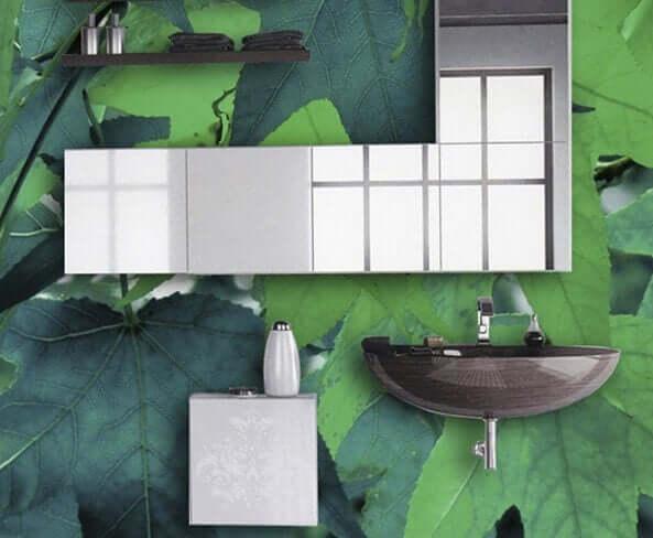 Badkamer met bladeren op de muur