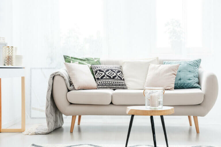 Een beige bank - het perfecte bijpassende meubilair