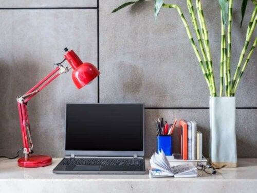 Een bureaulamp om je werk te verlichten