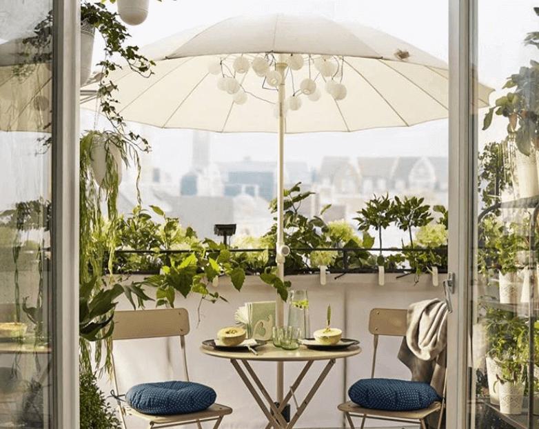 Balkon met een grote parasol