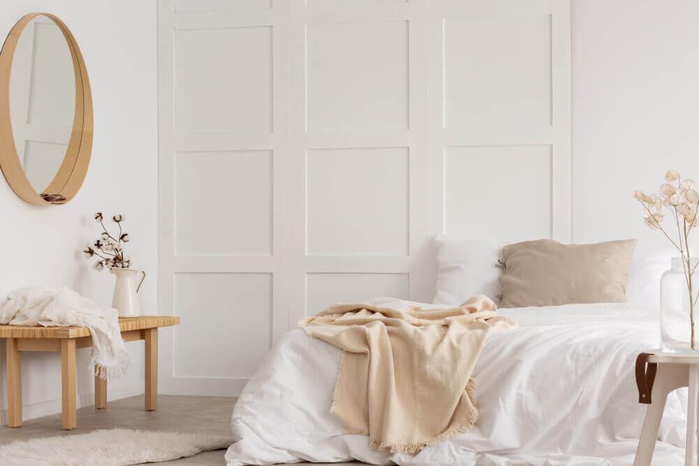 Slaapkamer met een monochroom interieur