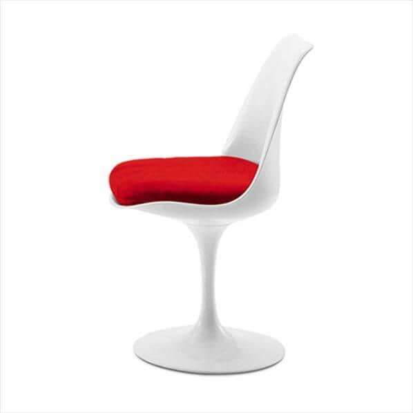 Witte stoel met rood kussen