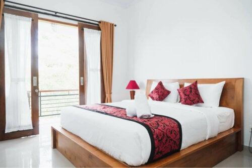 Slaapkamer met rode accenten