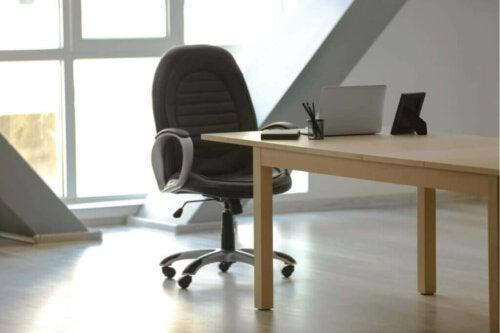 Het standaardmodel stoel in een werkruimte