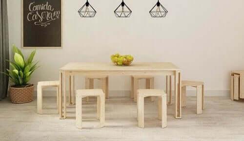 Een houten eettafel en stoelen