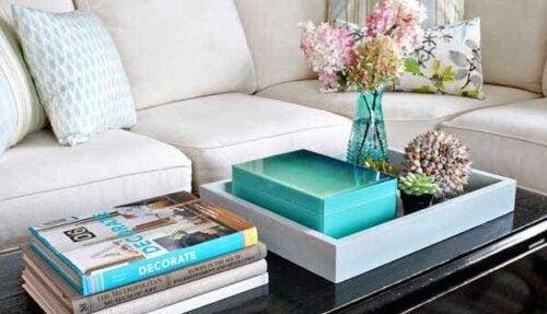 Gebruik dienbladen om je salontafel te organiseren