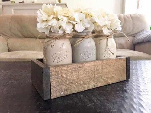 Houten kistje op een tafel