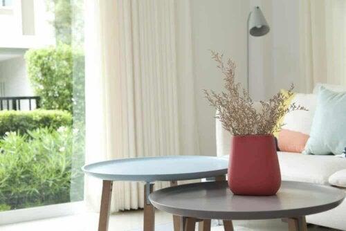 Gebruik kleuren om je salontafel te decoreren