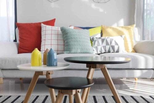 Drie gekleurde kruiken op een salontafel