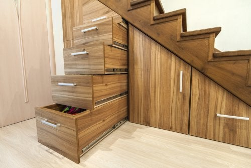 armazenamento doméstico na escada