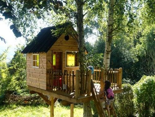 casinhas de madeira para crianças na árvore