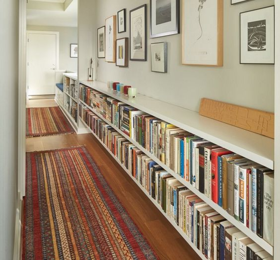 como decorar o corredor com livros na estante