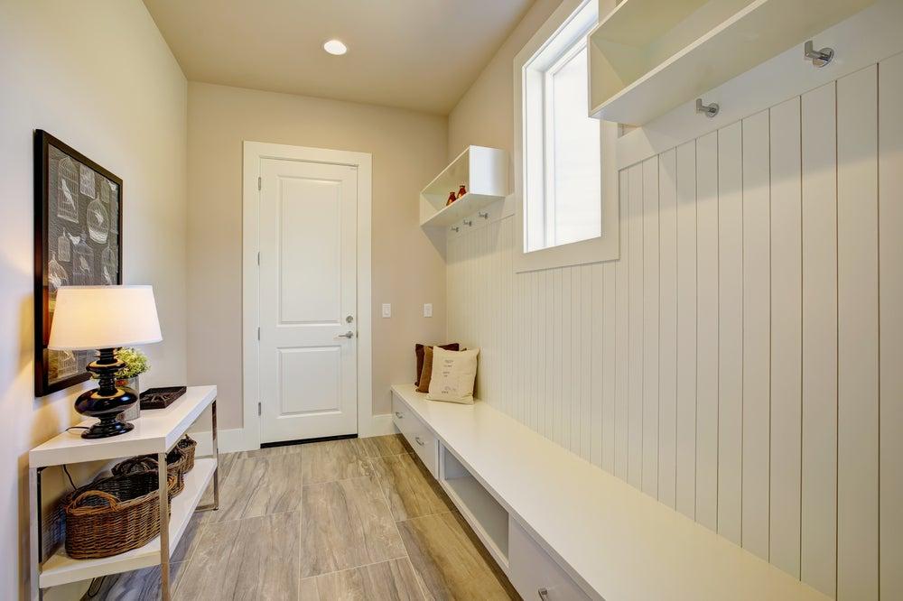 corredor em madeira branca