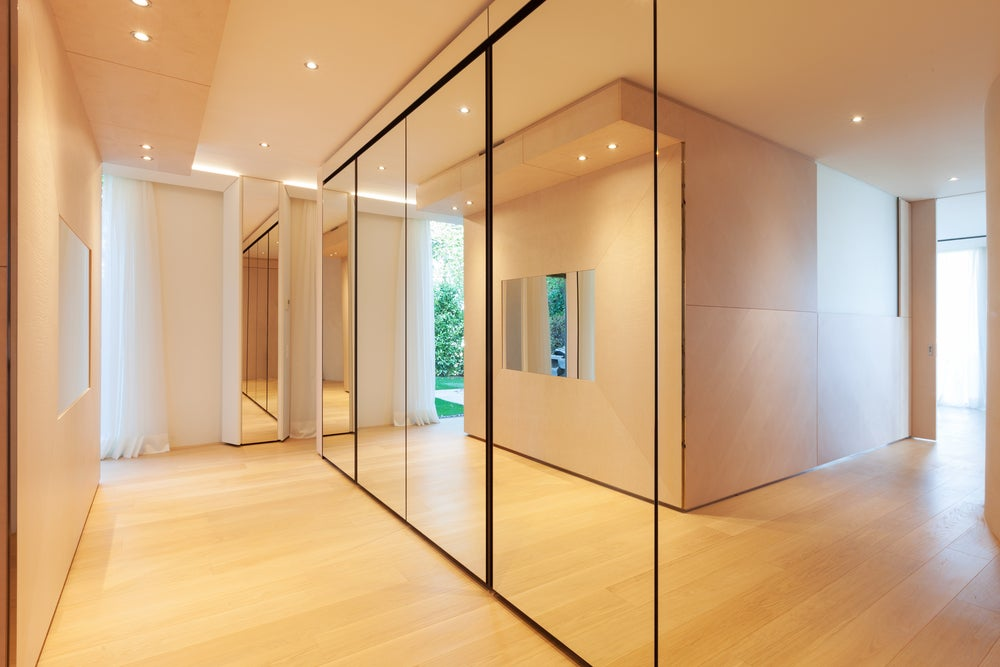 espelhos no corredor