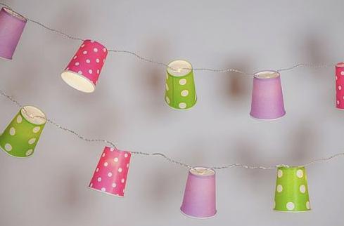 guirlanda com copos de papel