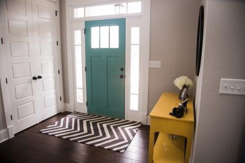 Toque aconchegante no hall de entrada ao decorar com tapetes
