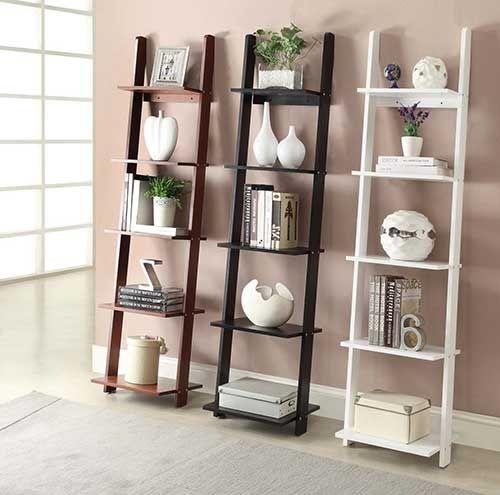 Prateleiras feitas com escadas-estantes originais