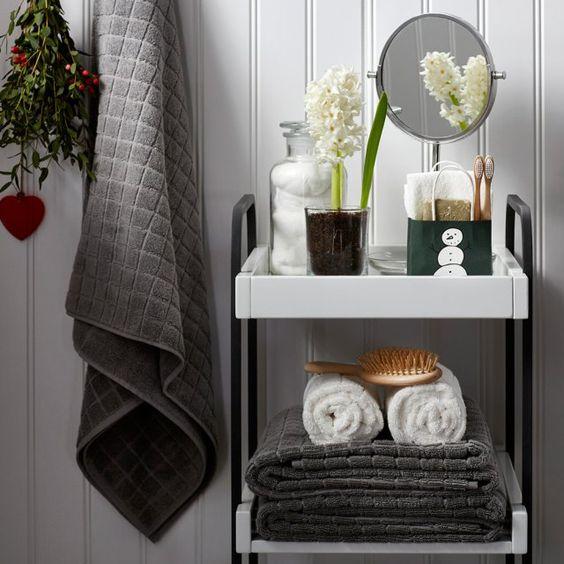 Carrinho auxiliar para organizar os produtos de higiene no banheiro