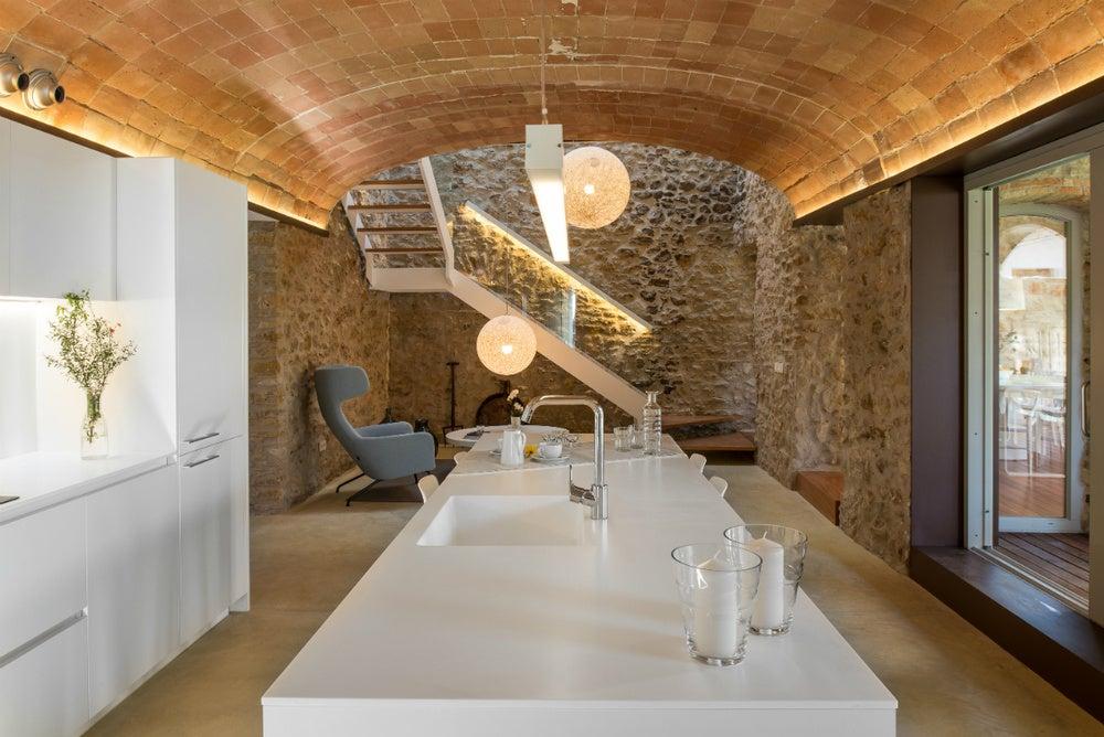 cozinha com parede de pedra-aparência natural