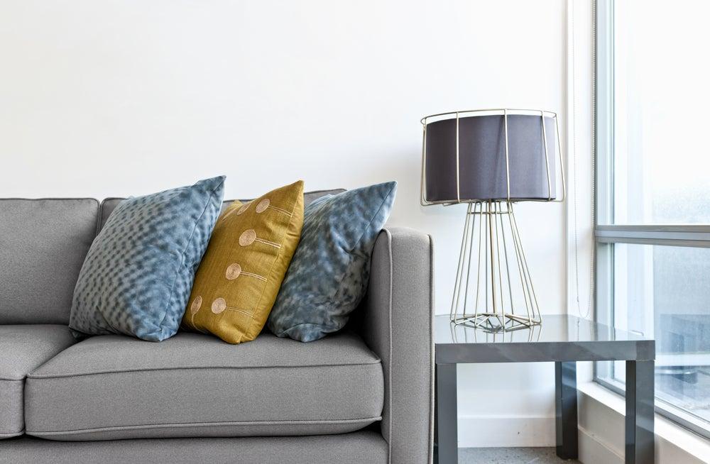 lâmpada de mesa na sala
