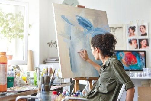 mulher pintando em um art zone