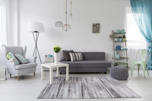 3 salas de estar em tons de cinza