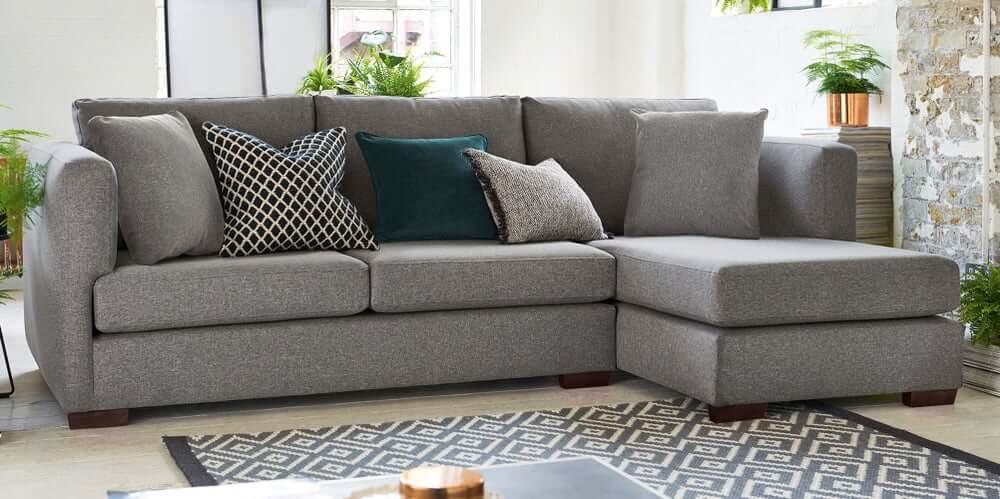 Sofás com chaise: os três melhores exemplos para decorar a sua sala