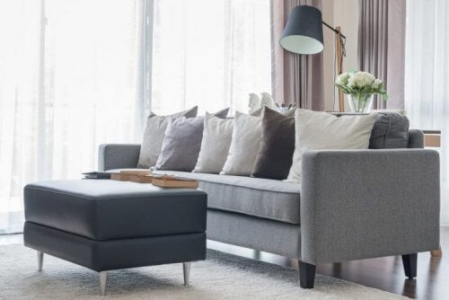 Decore a sua sala de estar com estes sofás cinza