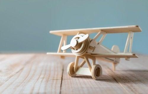 avião de brinquedo de madeira