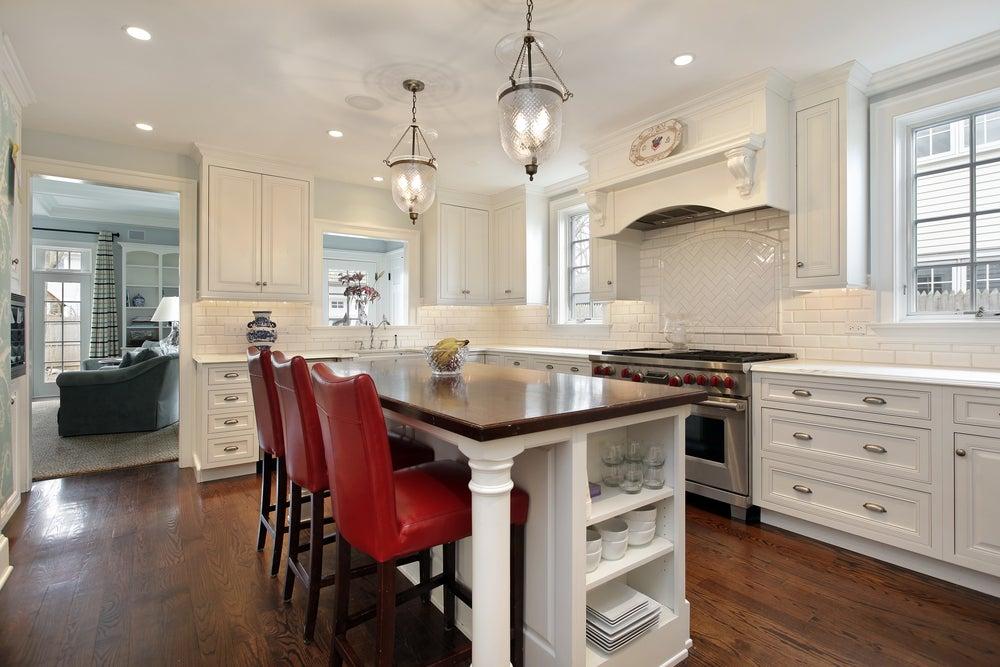 Cozinha com ilha e espaço de jantar