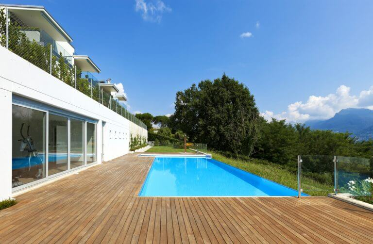 piscina com borda transparente