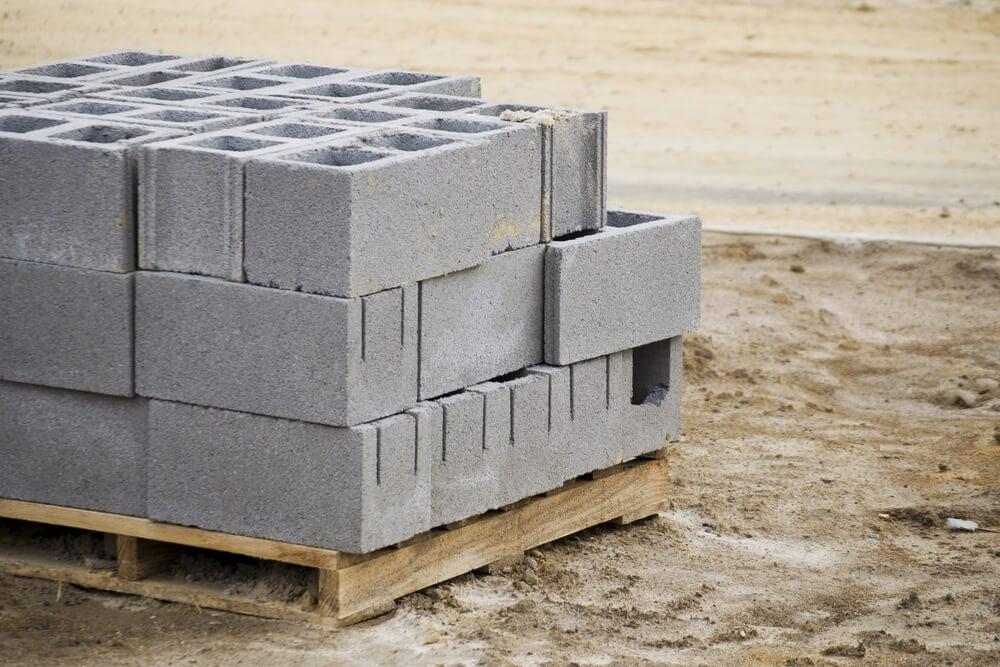 Mesa de cabeceira com blocos de concreto
