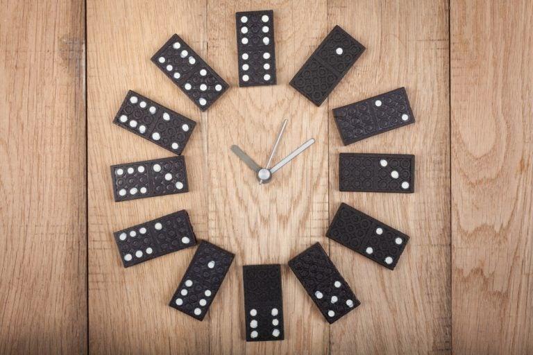 Crie seu relógio com peças de dominó