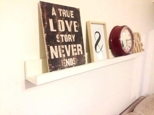 Decore uma parede misturando quadros- quadros que contenham frases
