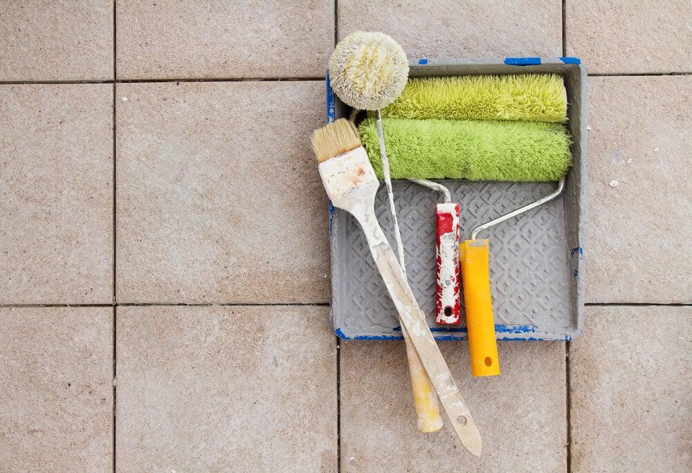 Pintar os azulejos do banheiro para melhorar a sua aparência