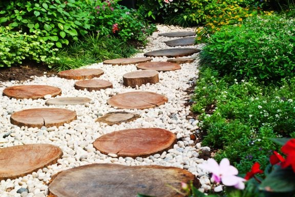 Como criar um caminho de cascalho para o seu jardim