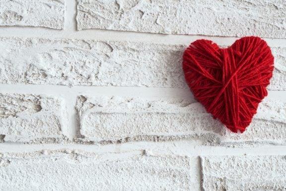 Decorar uma parede com corações