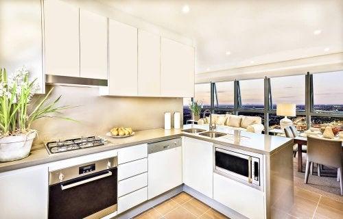 Instale uma bancada para separar ambientes em uma casa pequena