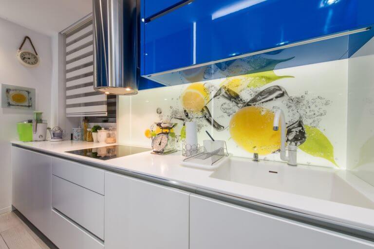 Cozinha com vinil e armários superiores em azul
