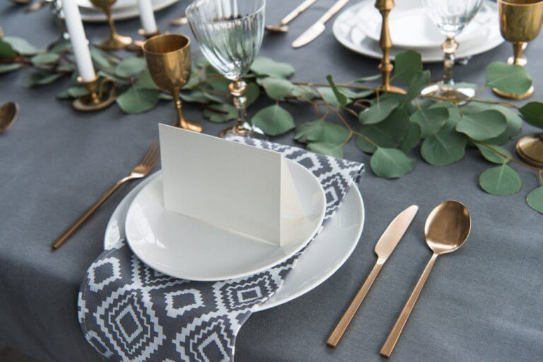 Como a mesa de jantar deve ser?