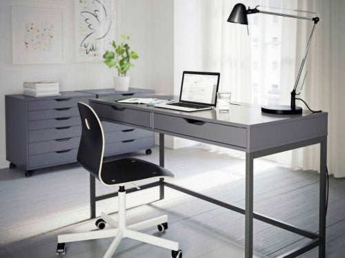 A mesa ALEX é uma das mesas de escritório da IKEA
