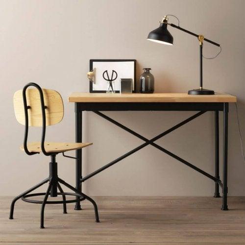 A mesa KULLABERG é uma das mesas de escritório da IKEA
