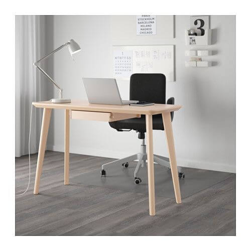 A mesa LISABO é uma das mesas de escritório da IKEA