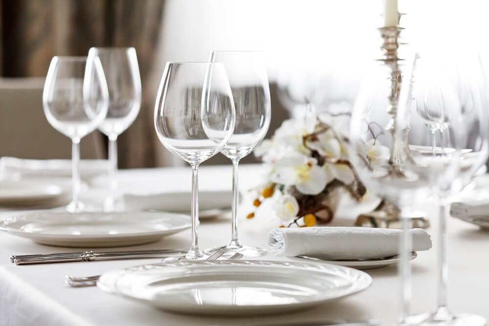 Como arrumar uma mesa para um jantar formal?