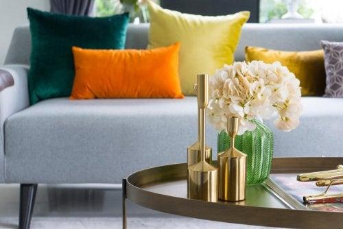 Decoração de outono com objetos dourados e em cobre