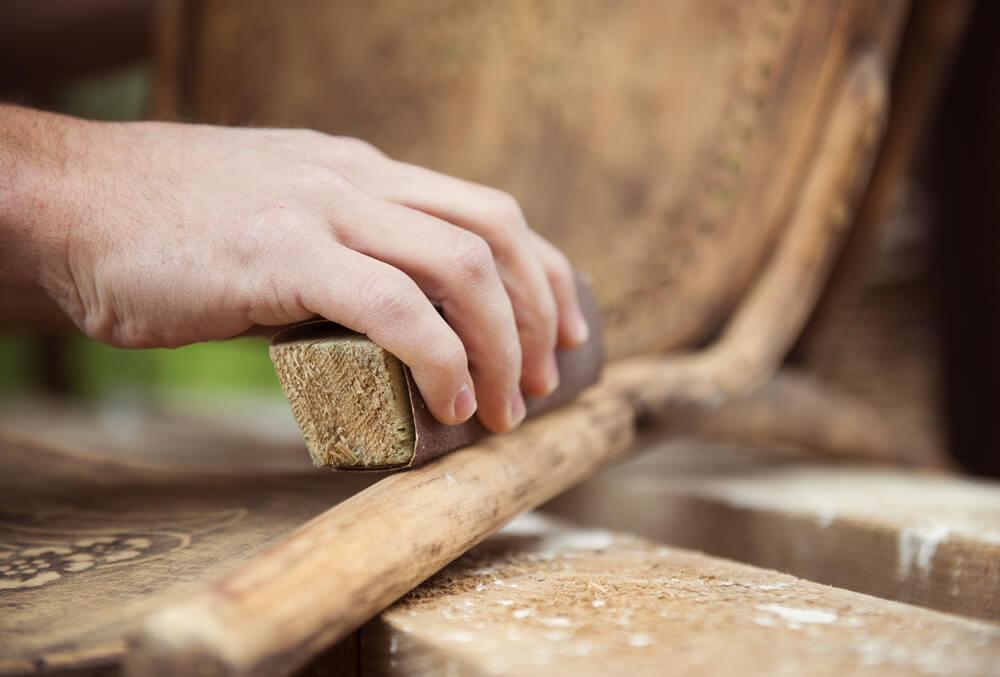 restaurar móveis de madeira lixar