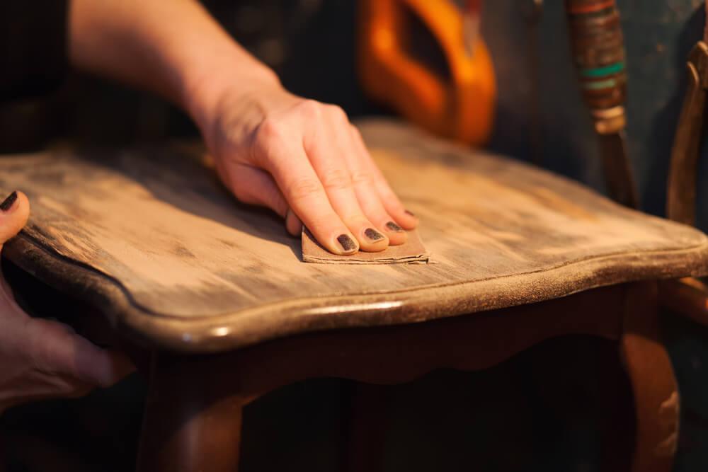 restaurar móveis de madeira limpar
