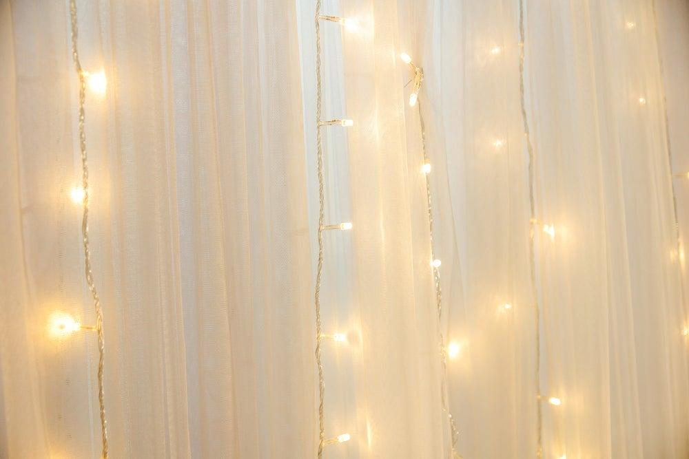 Véus no quarto com luzes de natal