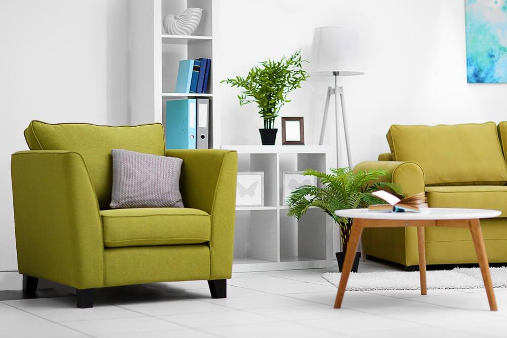 Sofá verde-oliva em contraste com o branco