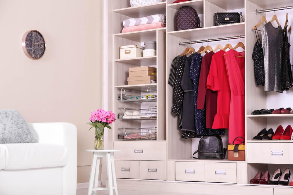 Excesso de roupas no armário